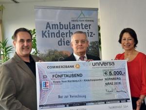 (v.l.) Dirk Münch, 1. Vorsitzender Hospiz-Team Nürnberg, uniVersa-Vorstandsmitglied Michael Baulig und Renate Leuner, Koordinatorin ambulante Kinderhospizarbeit.