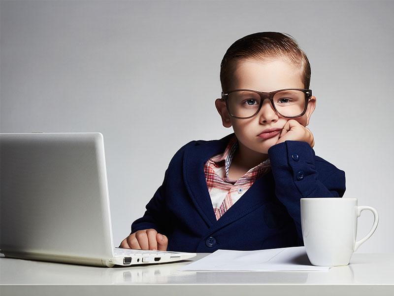 Junge, Kind, Bub, Job, Beruf, Büro, Langeweile, gelangweilt, Unlust, langweilig, Anzug, Berufsleben,