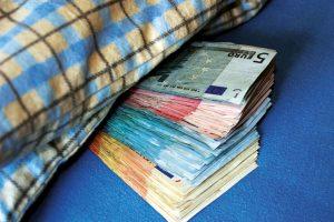 Wie bei Großmuttern: Das Geld unter's Kopfkissen