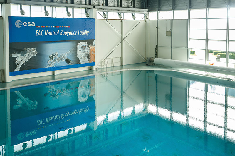Das Trainingsbecken des Europäischen Astronautenzentrums; Astronauten üben hier den Außenboreinsatz an der ISS unter den Bedingungen von annähernder Schwerelosigkeit unter Wasser.