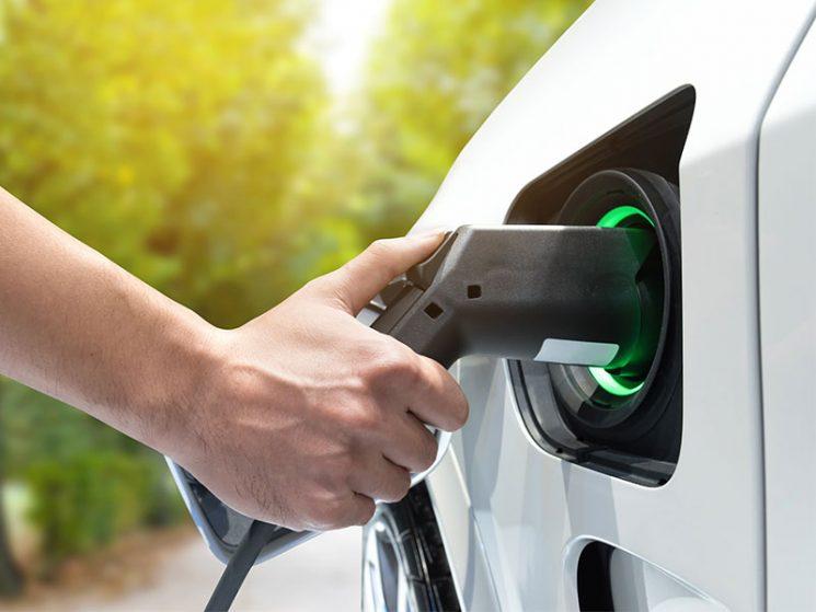 Elektro und Hybrid: R+V erweitert Versicherungsschutz