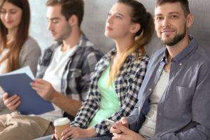 Welche Faktoren binden Berufseinsteiger an ihren Arbeitgeber?