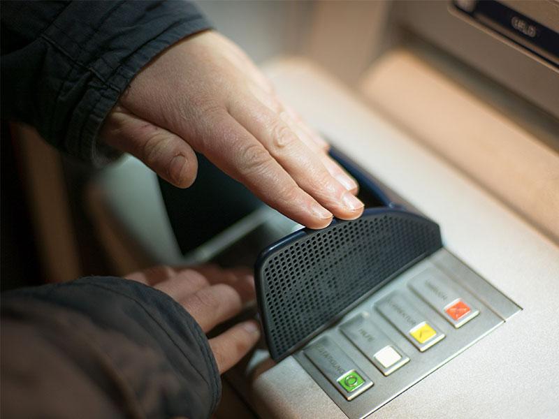 Für Spätzünder: Versicherung am Geldautomat
