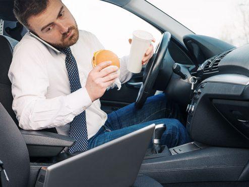 Viele Ablenkungen beim Autofahren