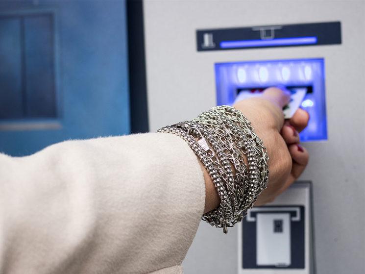 BGH: Extra-Gebühren fürs Geldabheben am Schalter erlaubt