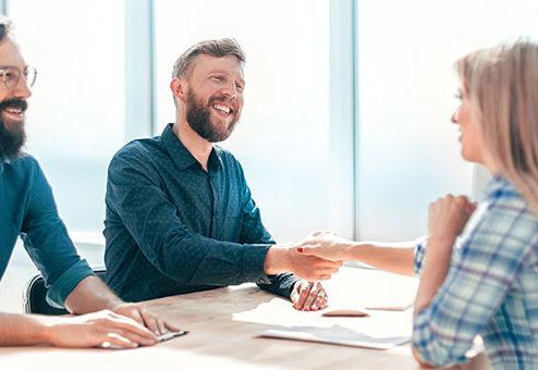 Wie gewinnen Unternehmen junge Mitarbeiter?