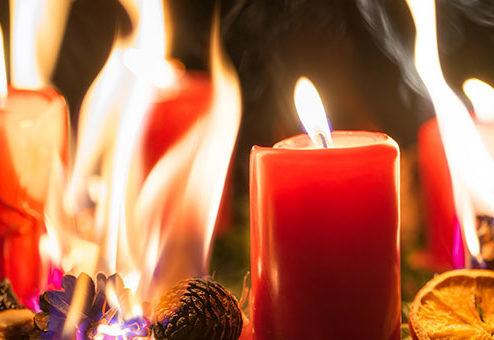 Brandgefahr in der Adventszeit – diese Versicherungen schützen